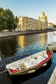 Bekijken op gribojedov kanaal en tegen st. isidorovsky kerk in sint- — Stockfoto