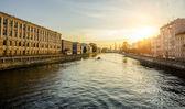 Дома на набережной реки Фонтанки в Санкт-Петербурге на закате — Стоковое фото