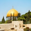 The golden dome of the rock mosque in Jerusalem against the backdrop of the blue sky — Stock Photo