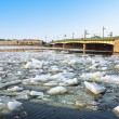 Spring ice floes on the River Neva in St Petersburg Liteiny bridge view. — Stock Photo