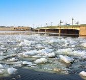 Wiosna kry na rzeki newy w petersburgu liteiny most widok. — Zdjęcie stockowe