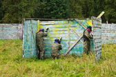 Paintball players took the defense in the shelter — Foto Stock