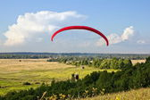 Paraglider soar in the air amid wondrous landscape — Stock Photo
