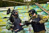Joueurs de paintball en pleine vitesse dans le champ de tir — Photo