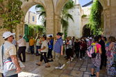 Pilgrims could pray with the cross go on Way of the Cross on Via Dolorosa. Jerusalem — Stockfoto
