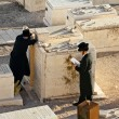 Jews pray at graves of ancestors on Mount of olives in Jerusalem — Stock Photo #34081807