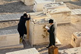 Jews pray at the graves of ancestors on the Mount of olives in Jerusalem — Stock Photo