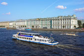 Boat floats on the River Neva by Hermitage on a sunny summer day — Stock Photo