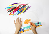 The boy draws a picture set of multicolored markers — Stock Photo