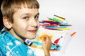 Chłopiec rysuje obraz zestaw znaczników, wielobarwny — Zdjęcie stockowe