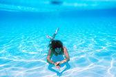 Garota nada debaixo de água na piscina — Fotografia Stock
