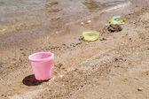 浜の砂の上に散らばってカラフルな子供のおもちゃ — ストック写真