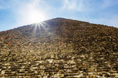 The pyramid of Cheops in Giza on the background of the Sun,Cairo — Stock Photo