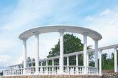 Architettura bianca nel parco — Foto Stock