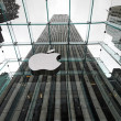 NEW YORK APRIL 5: the Apple Store with big logo under bad weather in Fifth Avenue in New York on 5 april 2012. the store is designed as the exterior glass box above the underground display room — Foto de Stock