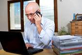 Senior obchodník v úřadu — Stockfoto
