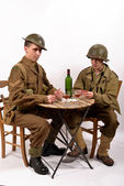 An English soldier and an American soldier playing cards — Stock Photo