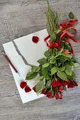 Rosas, papel y bolígrafo — Foto de Stock