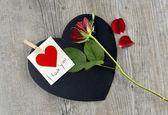 Skriva jag älskar dig på skiffer hjärtat formade — Stockfoto