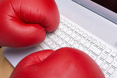 Escribiendo en un teclado con guantes de boxeo — Foto de Stock