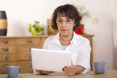 A middle-aged woman using a  computer tablet — Stock Photo
