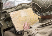 Kierowcy pojazdów wojskowych spojrzeć na mapę z normandii — Zdjęcie stockowe