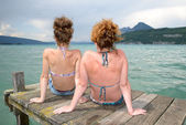 Two young women natural at the waterfront — Stockfoto