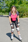 Pretty young woman doing rollerskate on a track — Stock fotografie