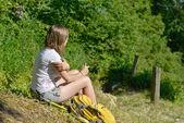 Ganska ung kvinna vilar under en vandring i bergen — Stockfoto
