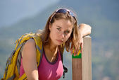 Pretty young woman is hiking in mountains — Stockfoto