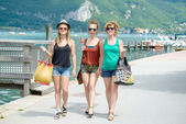 Tre giovani donne fare shopping — Foto Stock