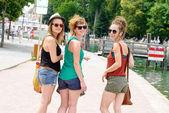 Üç genç kadın turizm yapmak — Stok fotoğraf