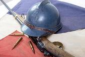 Franska hjälm av den första världen kriget med en pistol på en röd vit b — Stockfoto