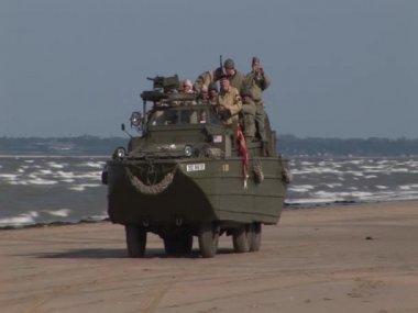 Dukw en la playa de utah — Vídeo de stock
