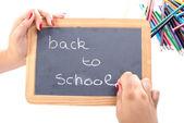 Dívka zápis zpět do školy na tabuli — Stock fotografie