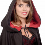 jolie fille, vêtue d'une cape noire pour halloween — Photo #51240033