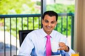 Gelukkig, succesvol zakenman genieten van kopje koffie of thee binnen zijn thuis of op kantoor — Stockfoto