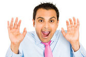 Närbild porträtt av roliga killen i blå skjorta och rosa slips som är förvånade och chockade — Stockfoto