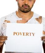 Un retrato de primer plano de un hombre sin hogar, sin esperanza con un cartel que dice que la pobreza — Foto de Stock