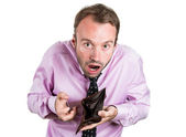 Een close-up portret van een geschokt, verbaasd sprakeloos man, werknemer, ondernemer houden een lege portemonnee — Stockfoto