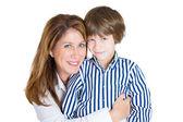 Closeup retrato de mãe feliz atraente e bonito filho sorrindo — Foto Stock