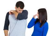 Portret z bliska kobieta szuka mężczyzny, na zamknięcie pokrywy nosa, coś śmierdzi, bardzo nieprzyjemny zapach, zapach. facet wącha się — Zdjęcie stockowe