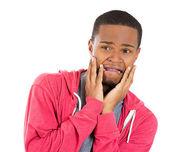 крупным планом портрет молодого человека, глядя потрясен, страшно пытается защитить себя в ожидании неприятной ситуации — Стоковое фото