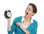 зевая женщина, держащая будильник — Стоковое фото