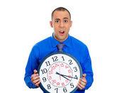 Homme tenant une horloge — Photo