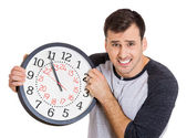 холдинг часы человек — Стоковое фото