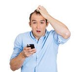 Telefon ile şaşırmış adam — Stok fotoğraf