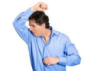 Człowiek wąchania jego mokre pachy — Zdjęcie stockowe