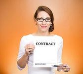 Vrouw bedrijf contract — Stockfoto