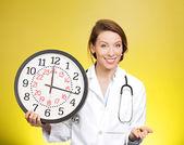 Pílulas e relógio de exploração do médico — Fotografia Stock